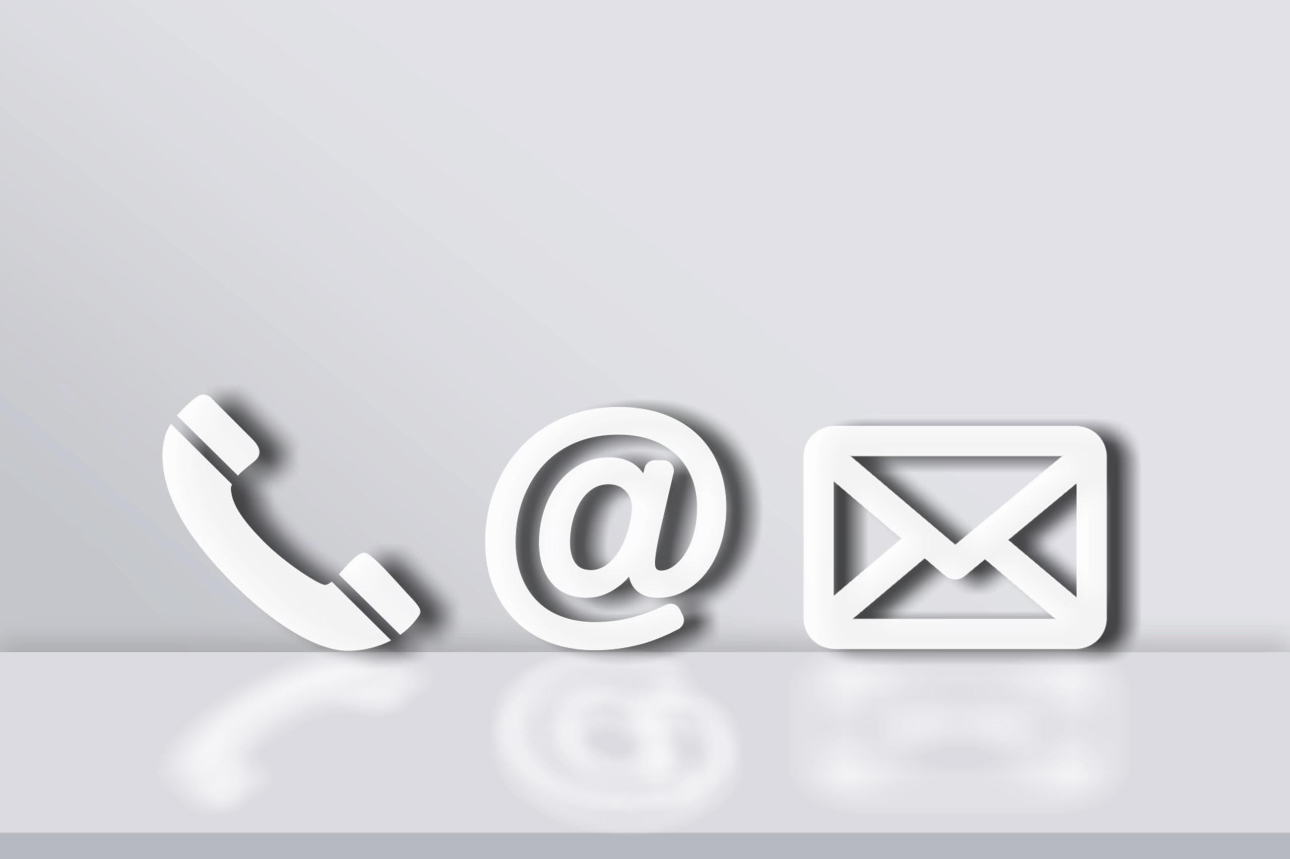 weiße Kontaktsymbole: Telefonhörer, @-Zeichen, Briefumschlag